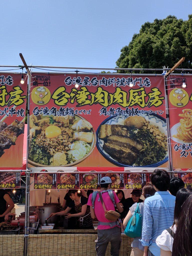魯肉飯のお店は長蛇の列