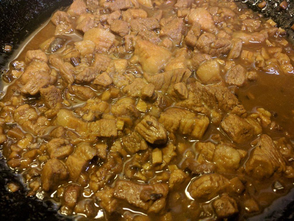 1cm角に切った豚バラブロックと水400mlと魯肉飯の素とを25分間煮込みます