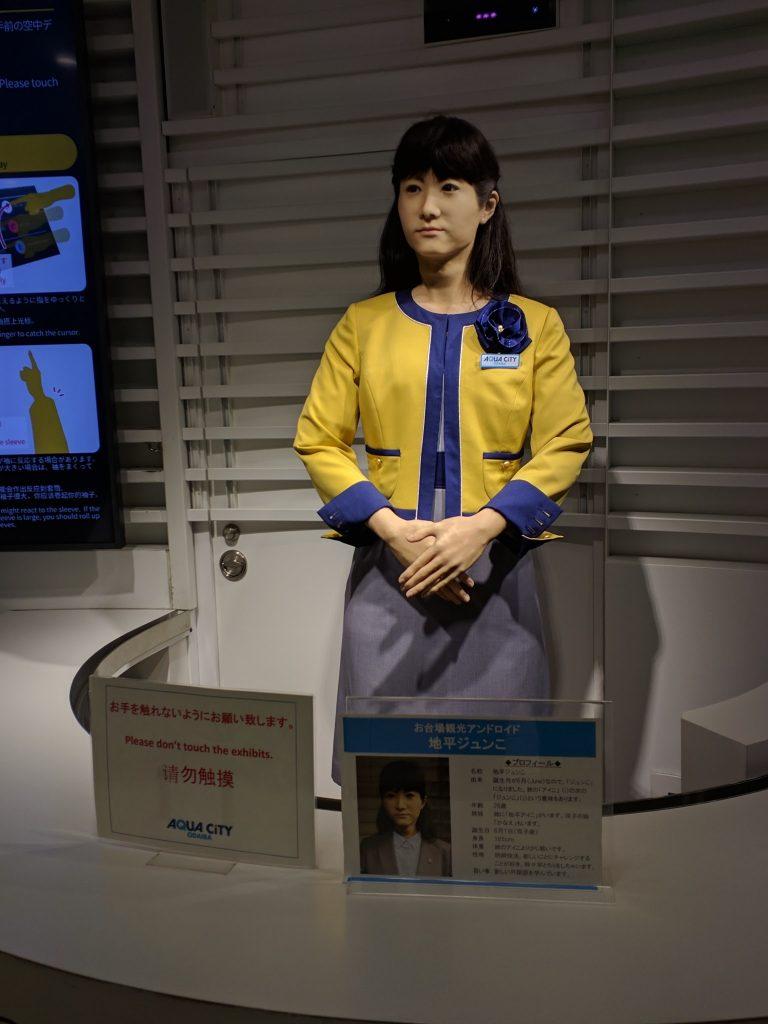 アクアシティお台場で観光案内をする人型ロボットの地平ジュンこ(東芝が開発)