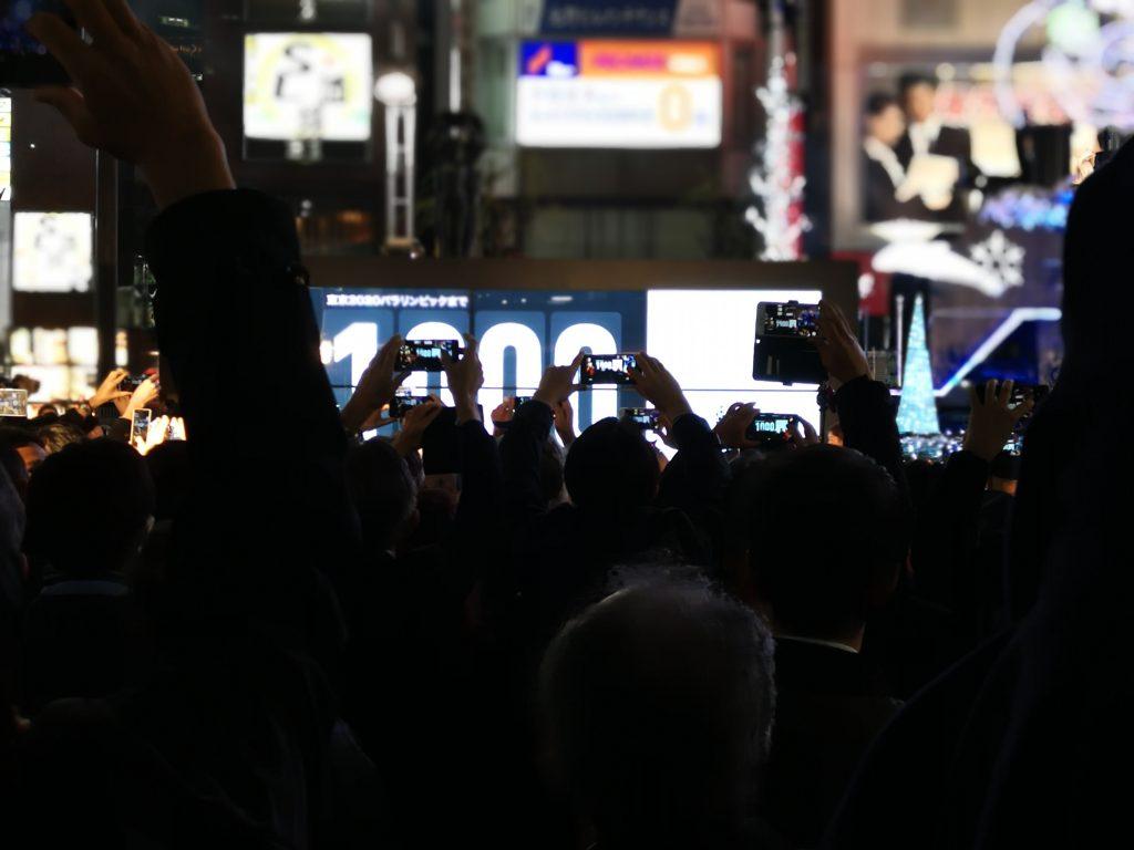 新橋SL広場に設置されたデジタルサイネージの除幕式