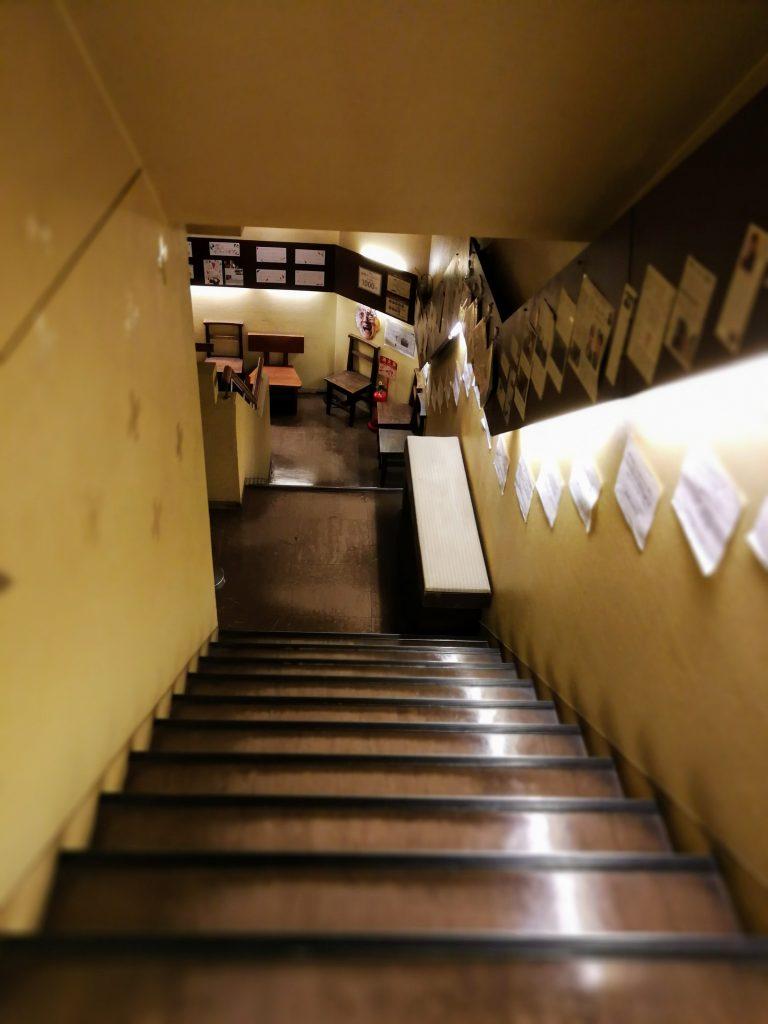 階段をおりて劇場へ | ポレポレ東中野