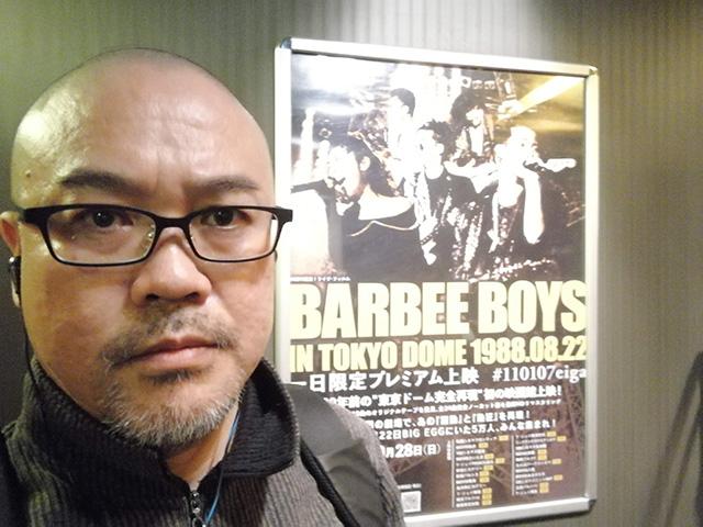 ポスターの前で記念に1枚写真 | 『BARBEE BOYS IN TOKYO DOME 1988.08.22』鑑賞