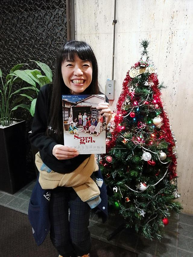 上映開始前、アップリンク渋谷の1階エントランスで、チラシ配りをしている広田さん(郁子役)にお会いしました。 | 映画「セブンガールズ」