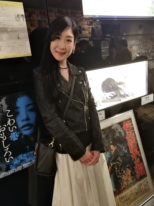神保町シアターロビーでトークイベントのアシスタントをされた嶋﨑亜美さん