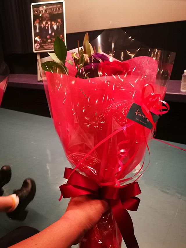 上映後の舞台挨拶で出演者全員に花束贈呈 映画「スモーキング・エイリアンズ」